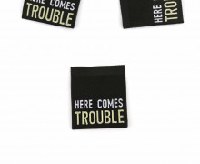 1 Label - HERE COMES TROUBLE - Schwarz