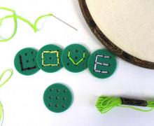 5 Stück - 9 Loch Knöpfe - Buchstabenknöpfe - Grün